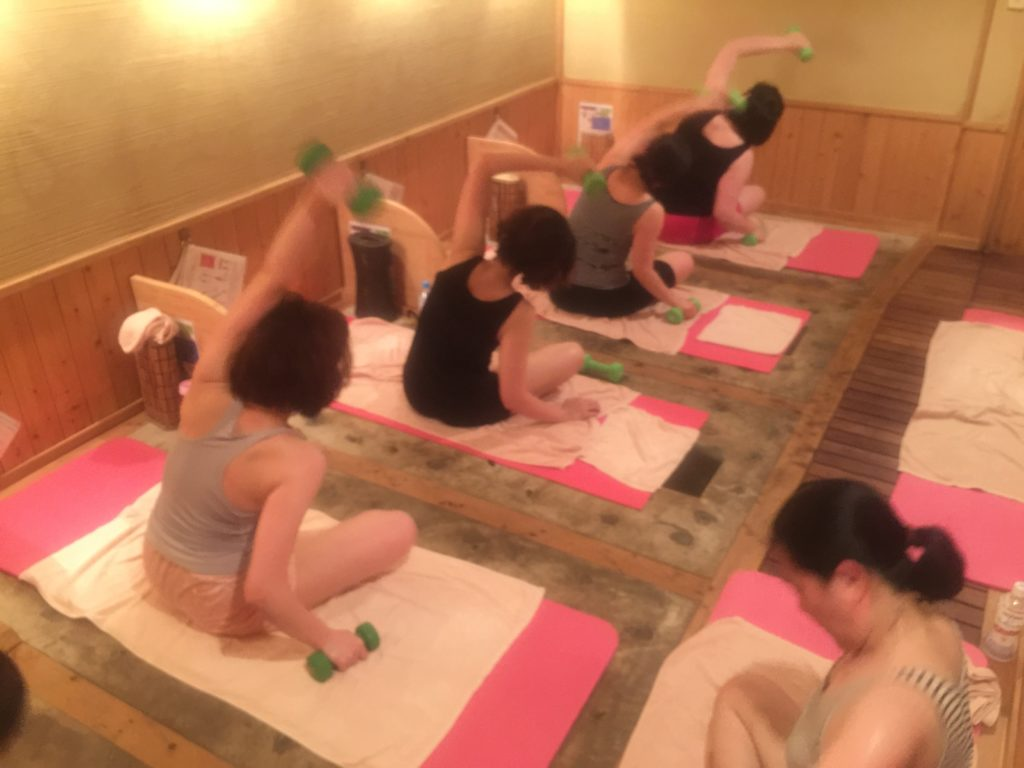 岩盤浴のなかで女性専用グループトレーニング